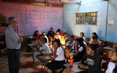 SERCADE apoya con becas escolares a niños y niñas en situación de necesidad.