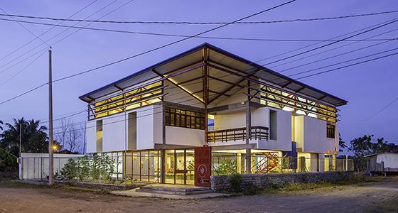 La casa-albergue para indígenas de Orellana recibe el primer premio de arquitectura.
